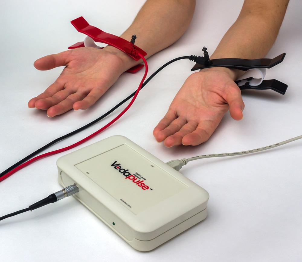 4. Надеваем электроды-прищепки на руки.
