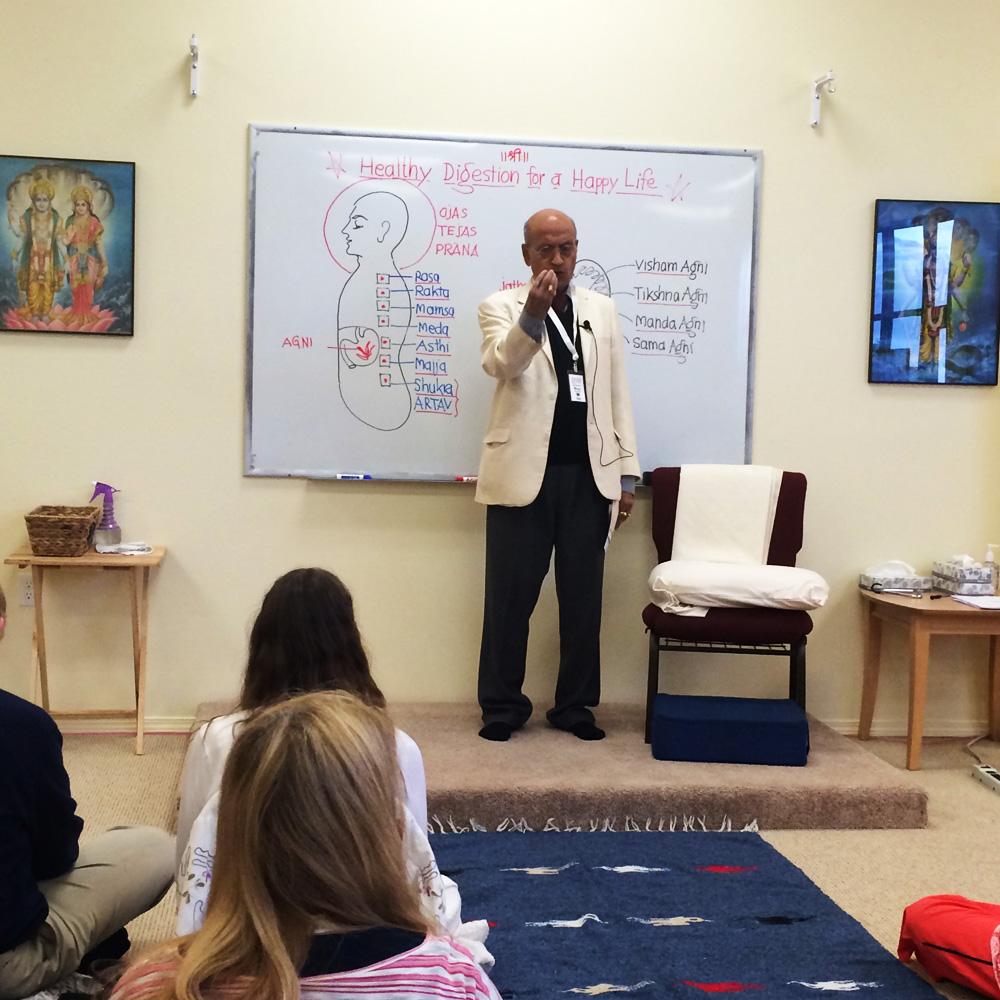 Васант Лад читает лекцию